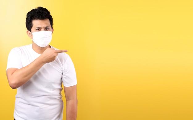 マスクを身に着けているアジア人は病気ですポインティング指分離