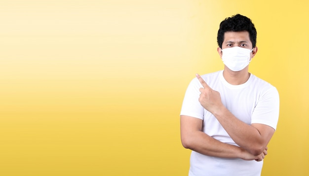 Азиатский человек в маске болен