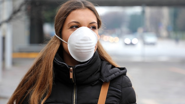 インフルエンザウイルスの拡散、インフルエンザウイルスおよび病気に対する保護のための保護マスクを身に着けている女性