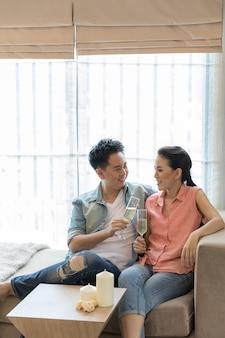 若いカップルがワインを祝う