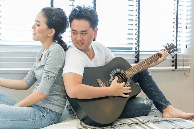 Пары играют на гитаре