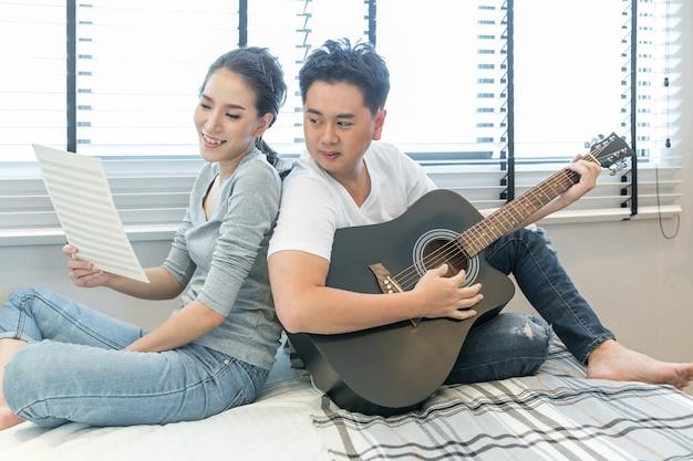 Молодые пары играют на гитаре