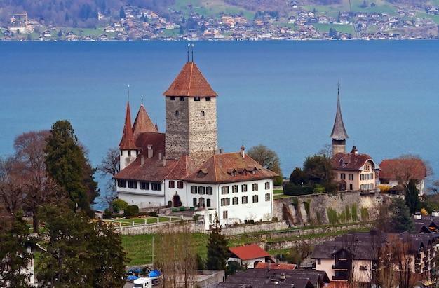 スイスの鉄道駅からのトゥーン湖のシュピーツ教会の風景