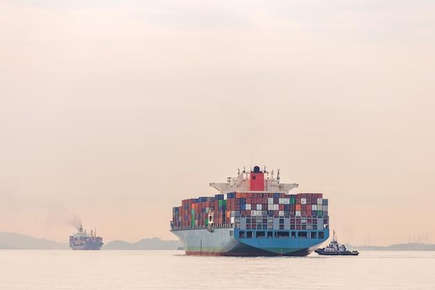Контейнерное судно промышленного порта