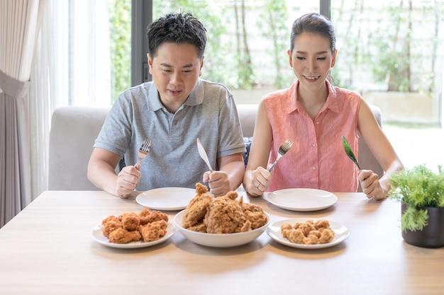 一緒に食事をするカップル