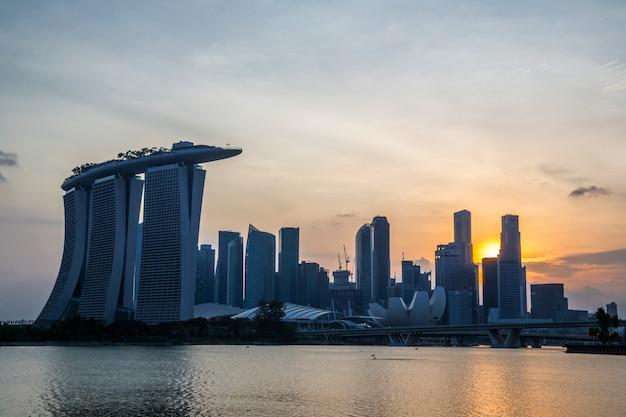 シンガポール市のダウンタウンの夕日