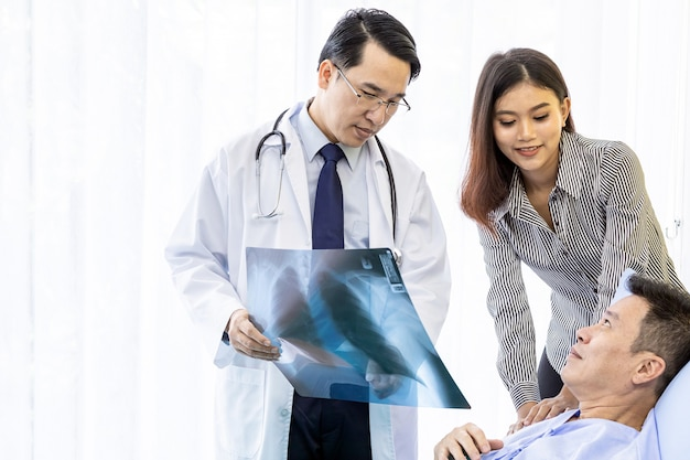Доктор объясняя результаты рентгеновского снимка