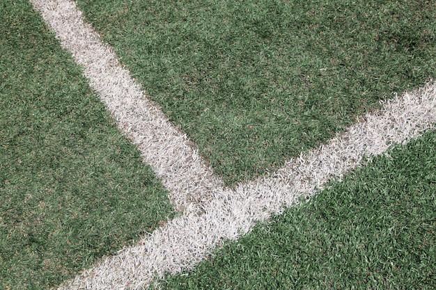 サッカーサッカーのフィールド上の白い線の交差点