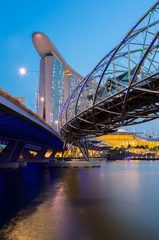シンガポールのスカイラインの夕暮れ