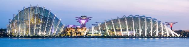 Панорама сингапурского сада у залива