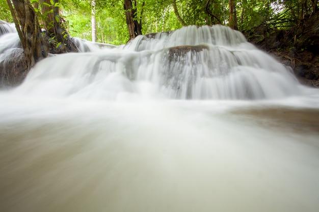 Тропический дождевой лесной водопад