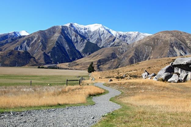 ニュージーランド、キャッスルヒルの山へのカーブの道