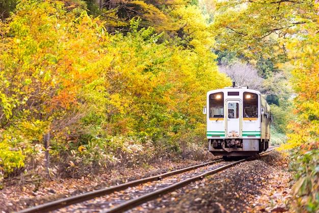 白い電車通勤ふくしま日本