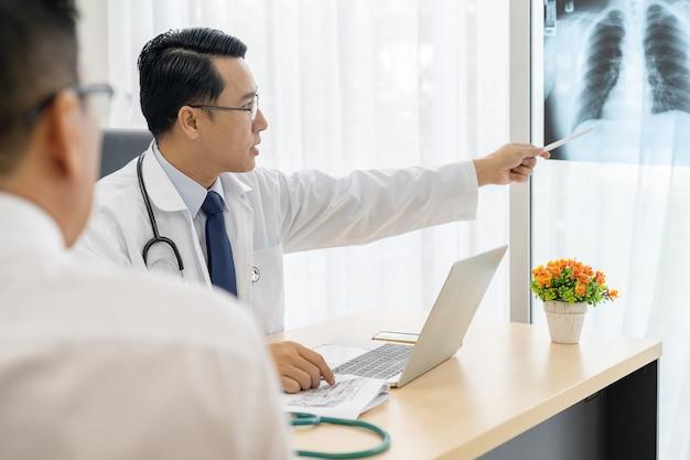 Доктор объясняет пациенту результаты рентгеновского исследования