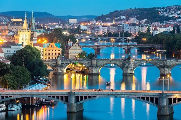 夕暮れ時のプラハ