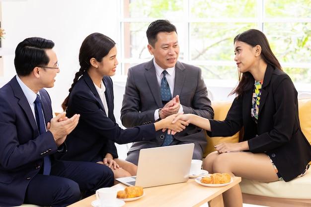ビジネス取引の合併
