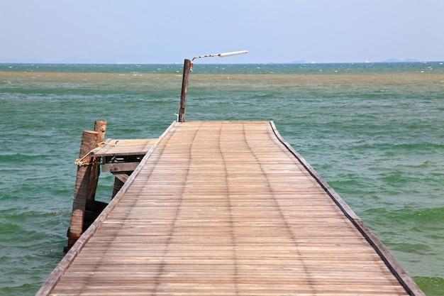 熱帯の楽園、タイの木製の桟橋