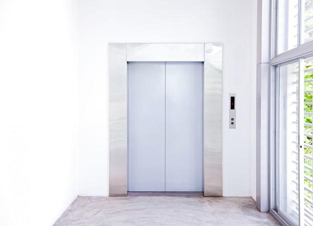 近代的なエレベーター