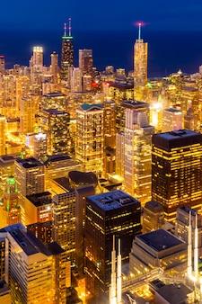 シカゴのスカイラインの夜の空撮