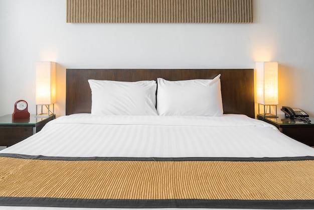 白い枕寝室