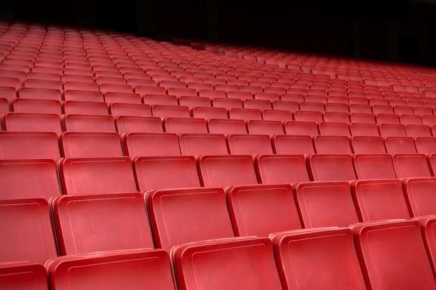 スタジアムで赤い座席行