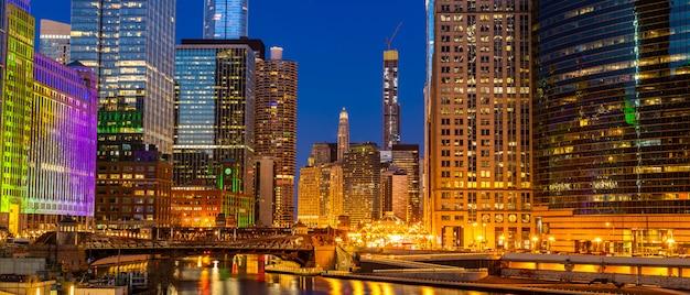 シカゴのダウンタウンの夜の夕日のパノラマ