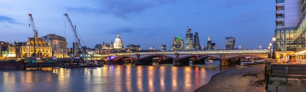 ロンドンセントポール大聖堂の夕日