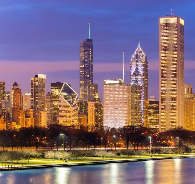 シカゴのダウンタウンとミシガン湖