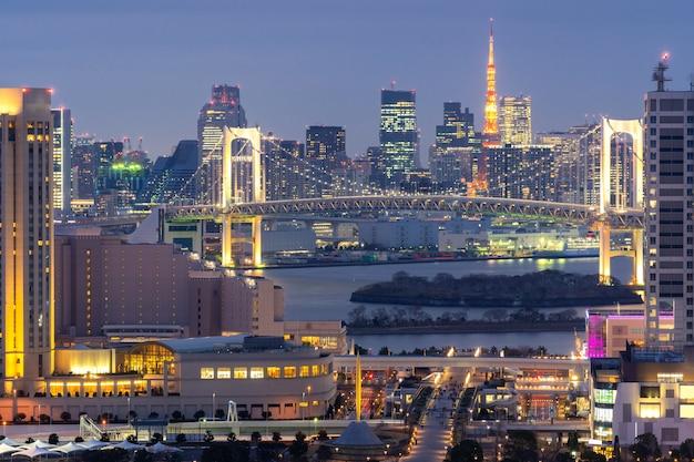 レインボーブリッジの夕日と東京タワー