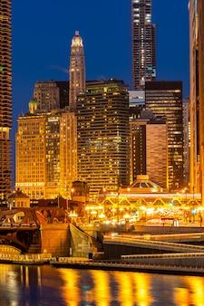 シカゴのダウンタウンの夜の夕日