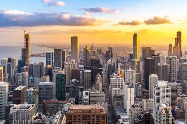 シカゴのスカイライン南夕日の空撮