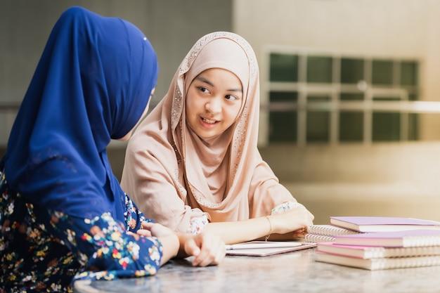 イスラム教徒の学生は本を読んで