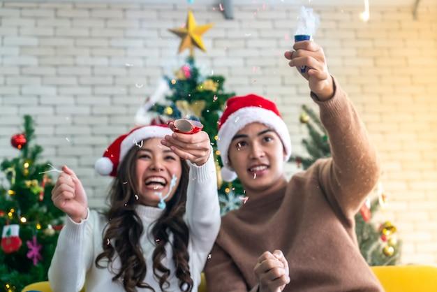 カップルクリスマスのお祝いの爆竹