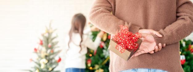 Человек держит рождественский подарок-сюрприз