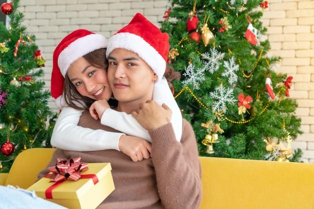 カップルのクリスマスのお祝い