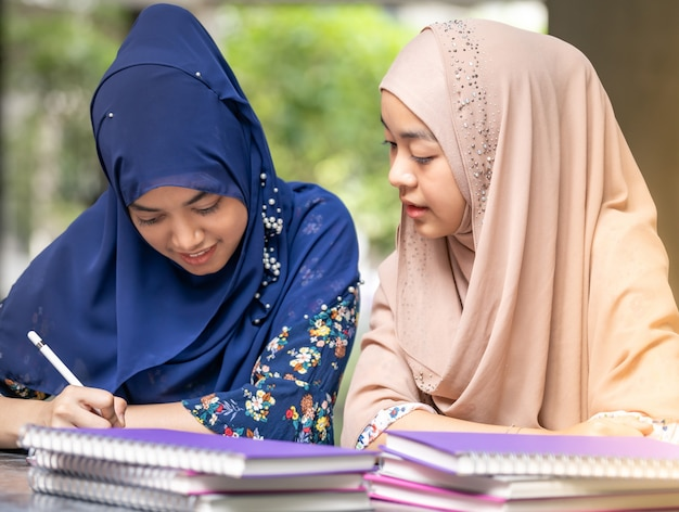 Студент-мусульманка читает книгу