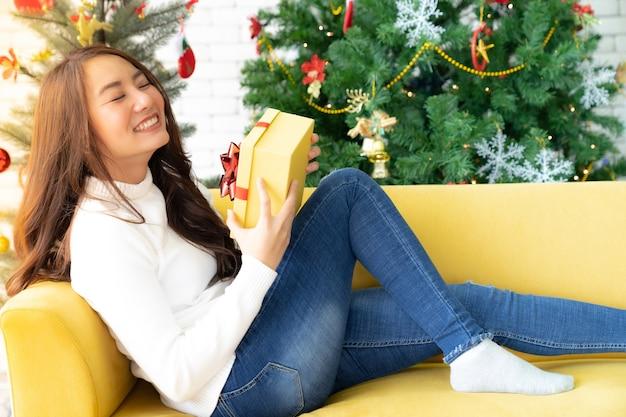 クリスマスプレゼントギフトボックスを持つ美しい女性