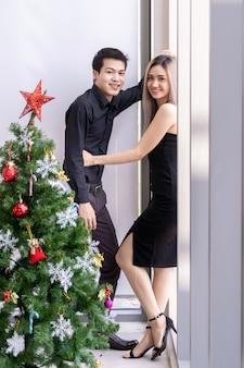 Пара празднует новогодний портрет