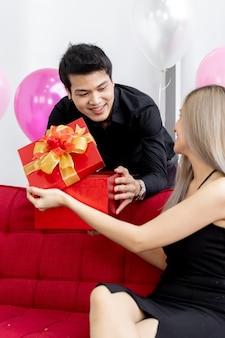 Пара выбирает подарочную коробку
