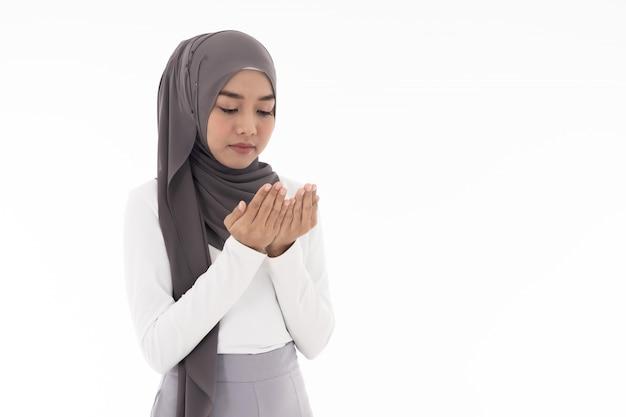 若い女性のイスラム教徒ドゥアス