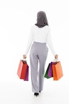 イスラム教徒の少女の買い物袋