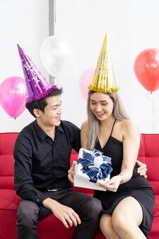 Парень дарит подарок своей девушке на новый год