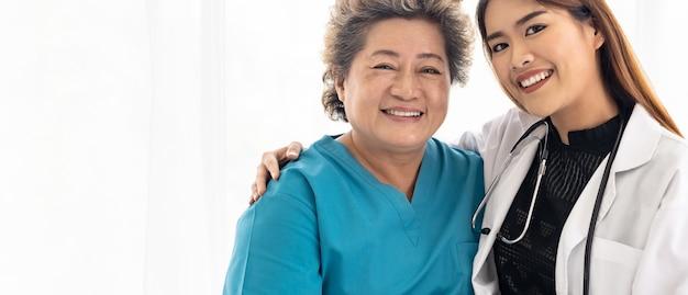 高齢者の患者を抱き締める医師