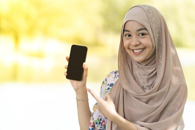 イスラム教徒の少女の携帯電話の肖像画