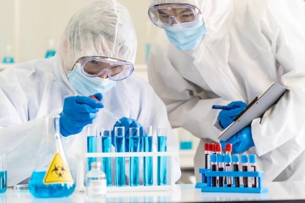 Ученые используют тестирование и исследование капельницы.