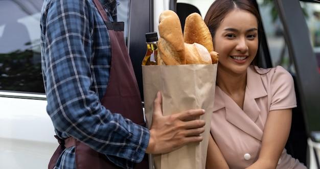 ドライブスルーのスーパーマーケットでの食料品の配達用バッグ