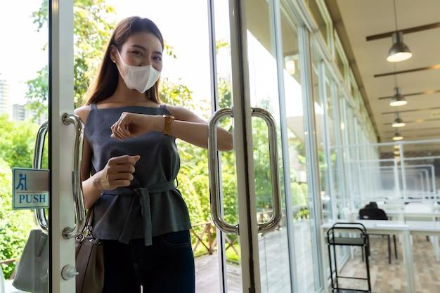 ドアを開くための肘。新しい通常のライフスタイル。