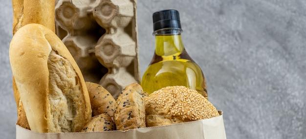 卵料理油とさまざまなパンが入った食料品の袋。