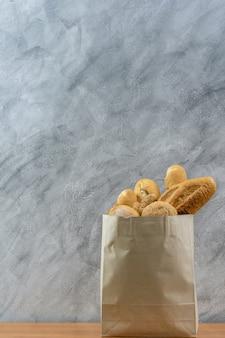 使い捨て紙袋のパン各種。