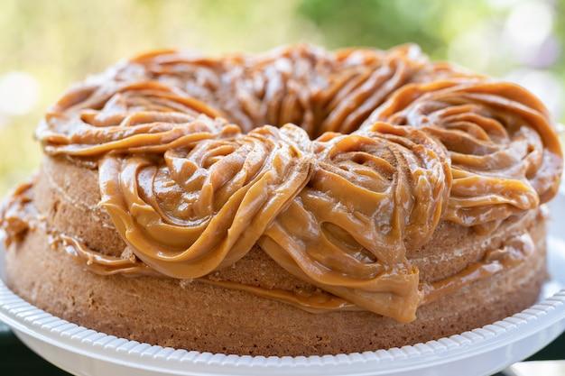 デュルス・ド・レッシュ(ミルクキャラメル)で満たされたチュロスケーキ